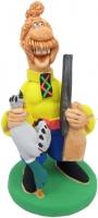 Охотник с ружьем держит утку